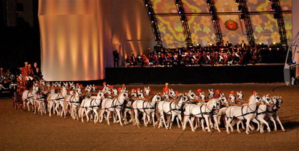 Weltrekord: 40 arabische Pferde ziehen eine prachtvolle Kutsche beim Royal Equestrian and Camel Festival 2011 im Oman